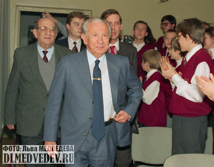 Хуан Антонио Самаранч входит в актовый зал школы № 45, крайний справа Дмитрий Львович Медведев, Москва, январь 1998 года, фото Льва Леонидовича Медведева