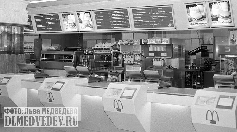 Кассы и меню, открытие первого ресторана Макдоналдс в Москве, 31 января 1990 года, фото Льва Леонидовича Медведева