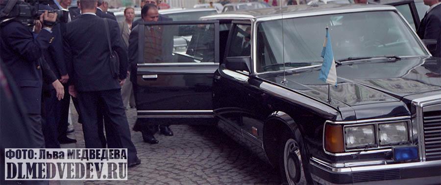 Президент Аргентины Карлос Сауль Менем садится в ЗИЛ-41047, фото Льва Леонидовича Медведева