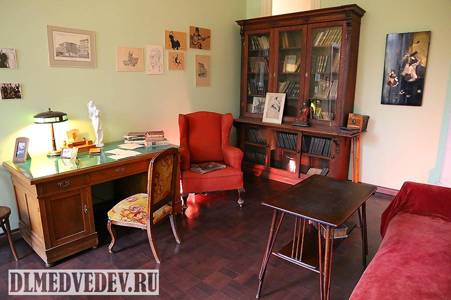 Рабочий письменный стол А. А. Ахматовой, Санкт-Петербург