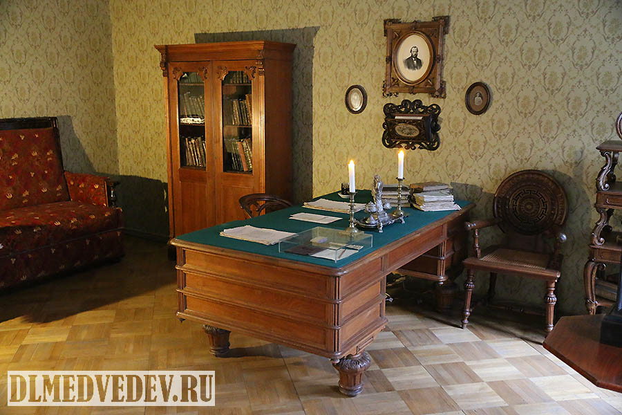 Рабочий письменный стол Ф. М. Достоевского, Санкт-Петербург