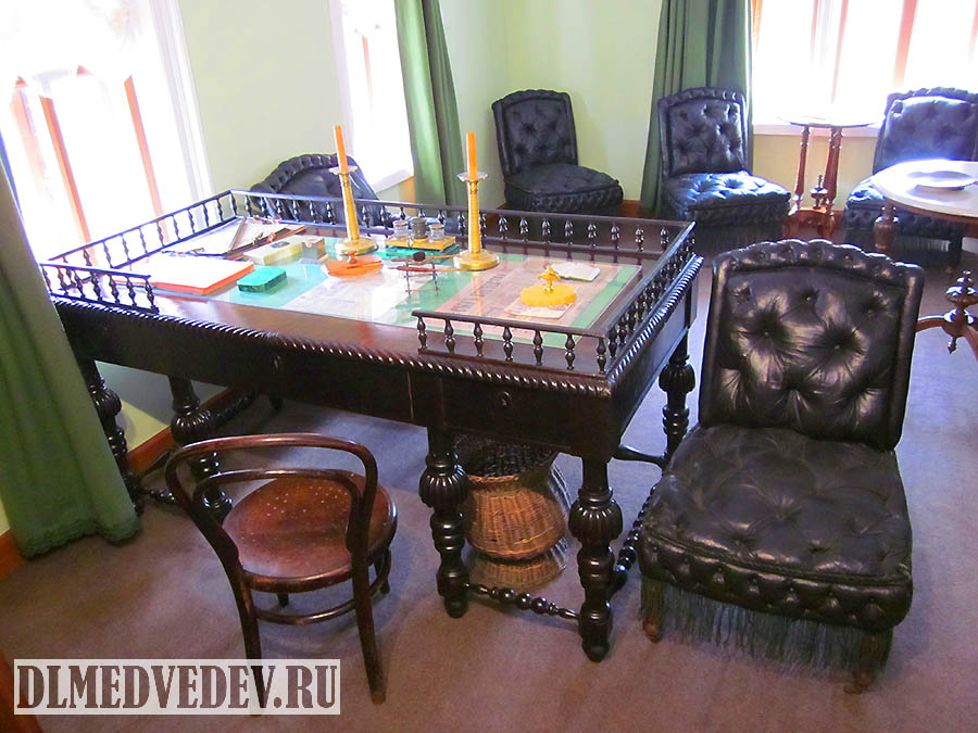 Рабочий письменный стол Л. Н. Толстого, Москва