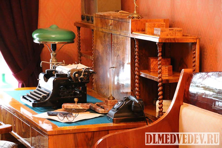 Рабочий письменный стол М. М. Зощенко, Санкт-Петербург