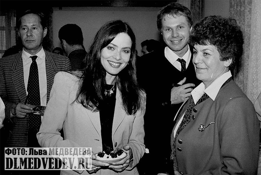 Итальянская актриса Орнелла Мути с поклонниками, фото Льва Леонидовича Медведева